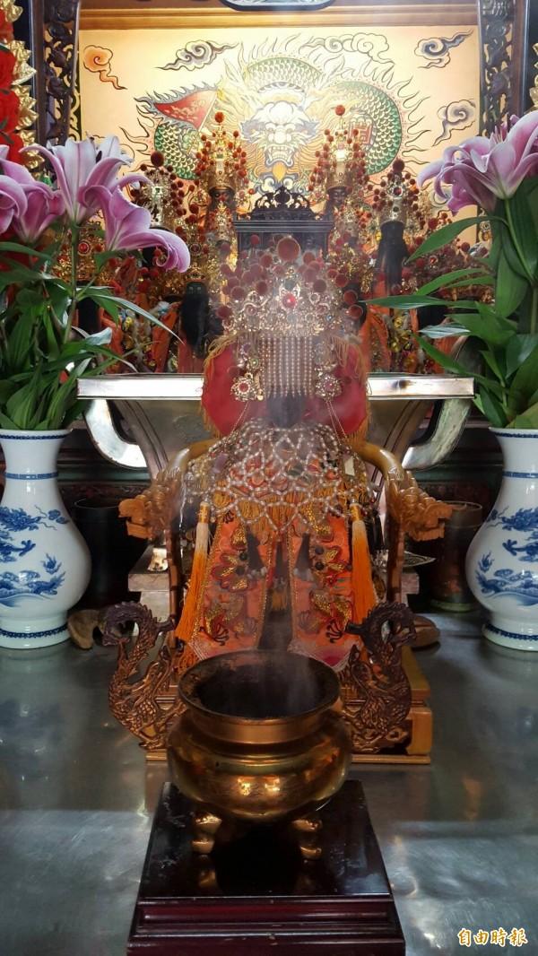 雙忠廟的開基媽祖具百年歷史。(記者丁偉杰攝)