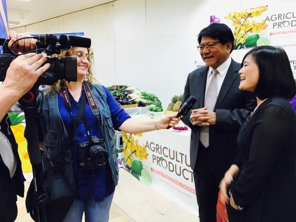 屏東縣長潘孟安(右二)率隊行銷屏東農產,當地媒體採訪拍攝,將在電視台播出。(圖由屏東縣政府提供)