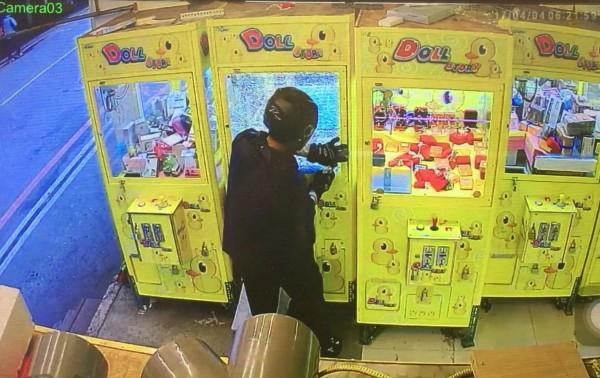 李嫌使用板手擊碎娃娃機後竊取機內3C產品。(記者陳薏云翻攝)