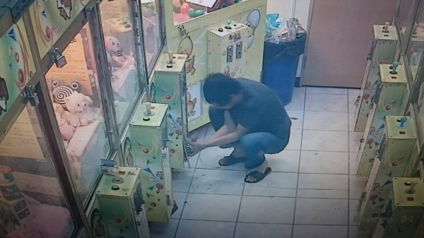 夾娃娃只夾到2顆彈珠,男子拿鐵槌怒砸娃娃機台。(記者黃淑莉翻攝)