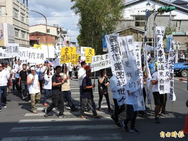 埔里鎮蜈蚣里民反對第七公墓設置納骨塔,今天上午再赴鎮公所陳情抗議。(記者佟振國攝)