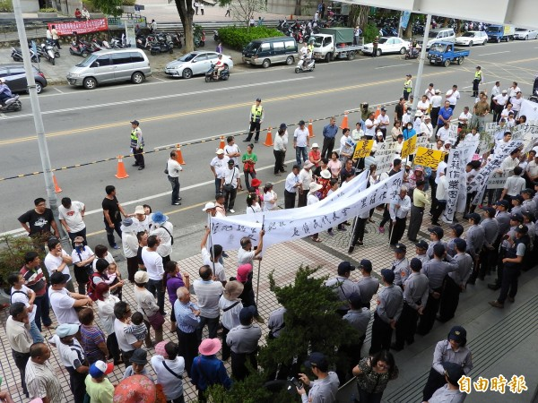 上百位里民齊聚鎮公所外,與警方對峙,抗議里民高喊要鎮長周義出來面對。(記者佟振國攝)