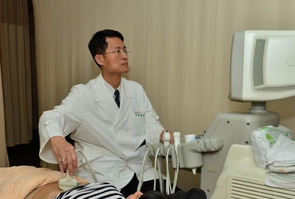 徐景盛為病患做檢測。(台北慈濟醫院提供)