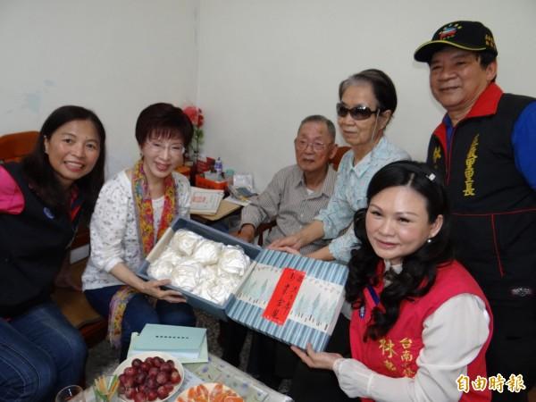 國民黨齡七十七年的資深黨員何紹權(左三)送包子給洪秀柱(左二),祝福她包中、當選黨主席。(記者王俊忠攝)