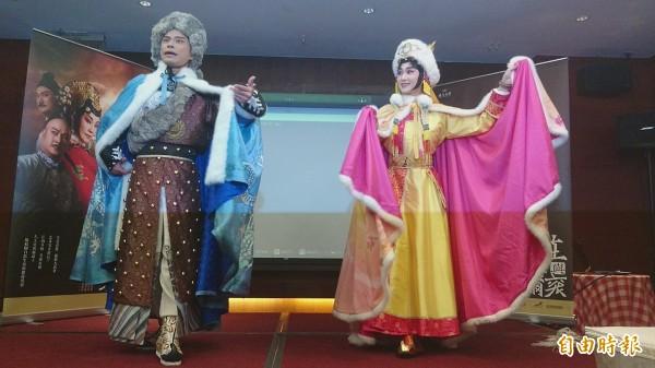 飾演少年多爾袞的戴立吾及少年孝莊的林庭瑜,現場彩裝演出片段。(記者劉婉君攝)