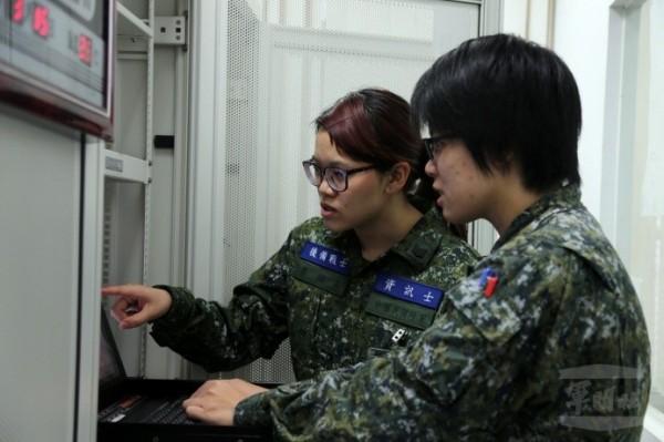 軍方週末戰士,首度有女性官兵參加。圖左為擔任資訊士職務的李紹屏,與部隊現職的資訊官討論業務。(軍聞社提供)