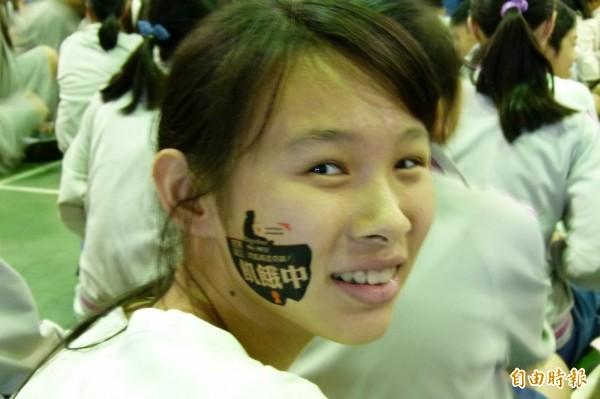 嘉義縣協同中學學生參與飢餓三十,在臉頰貼上「飢餓中」明志。(記者蔡宗勳攝)