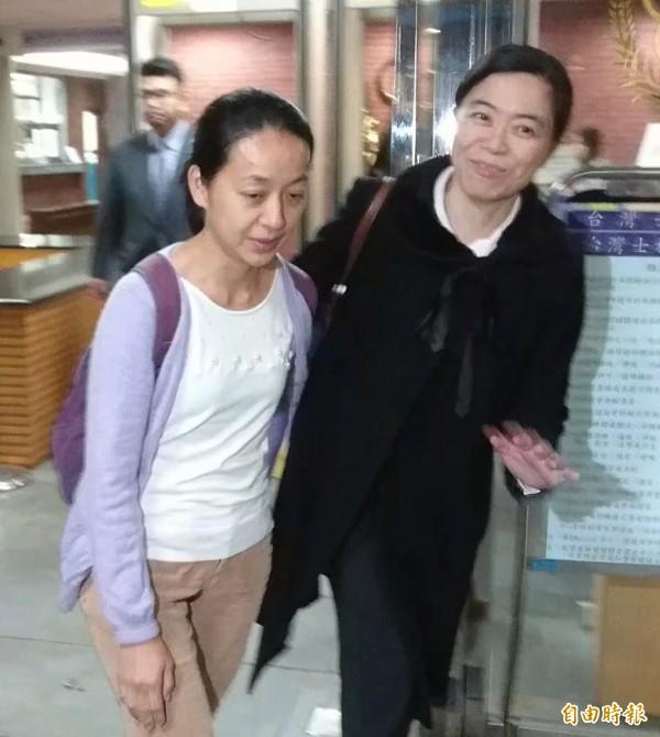 王婉諭(左)庭後匆匆離去,未接受採訪。(記者黃捷攝)
