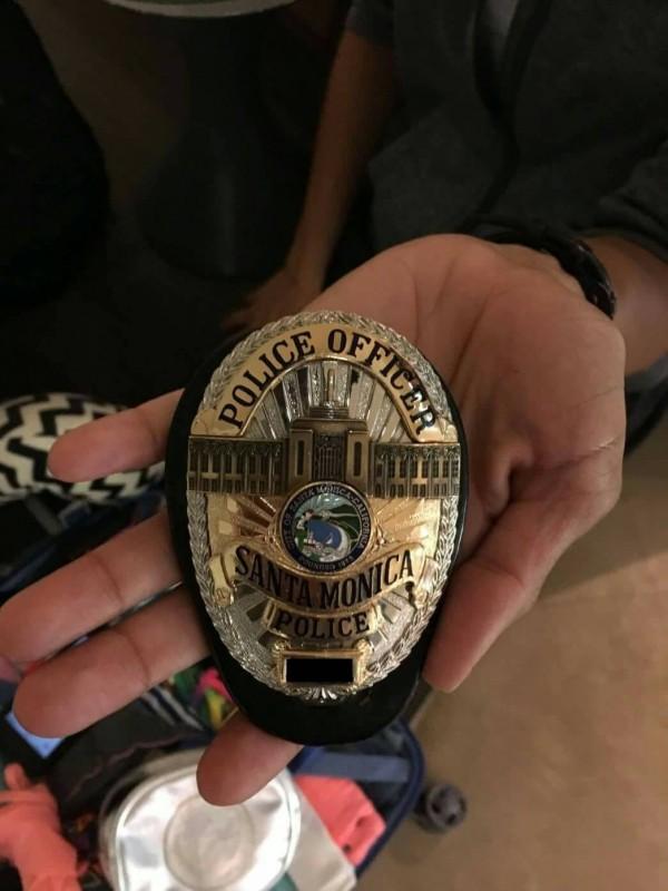 加州女警葛蘭特向航警出示警徽。(記者朱沛雄翻攝)