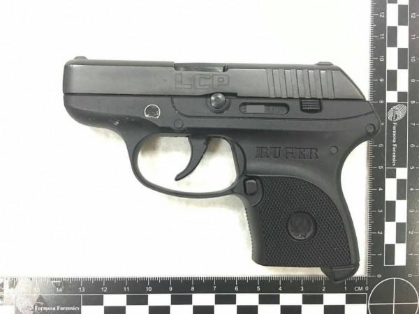 加州女警葛蘭特所攜手槍為美國Ruger槍械製造公司的輕便型LCP手槍。(記者朱沛雄翻攝)
