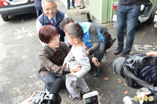 洪秀柱一到眷村就擁抱幼童。(記者王駿杰攝)
