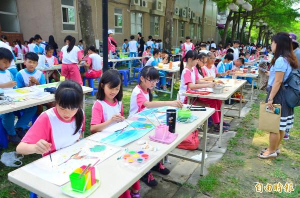 千位中、小學生攜手彩繪停格動畫的腳本圖卡,跨國藝術交流。(記者吳俊鋒攝)