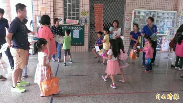 今天小一新生報到,家長帶著孩子到校參觀報到。(記者廖淑玲攝)