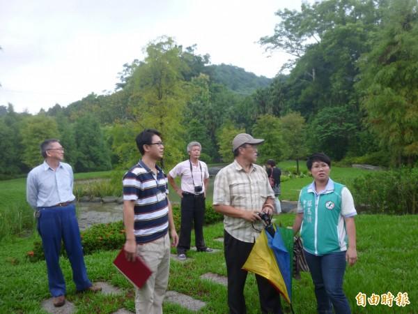 市議員張玉嬿(右一)催生螢火蟲在太平苗圃復育成功。(記者黃鐘山攝)