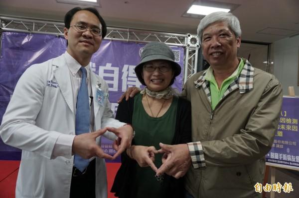 王姓婦人(中)罹患胰臟癌末期,經化療降為第2期,下週準備開刀切除腫瘤,她與丈夫、醫師都不放棄希望。(記者蔡淑媛攝)