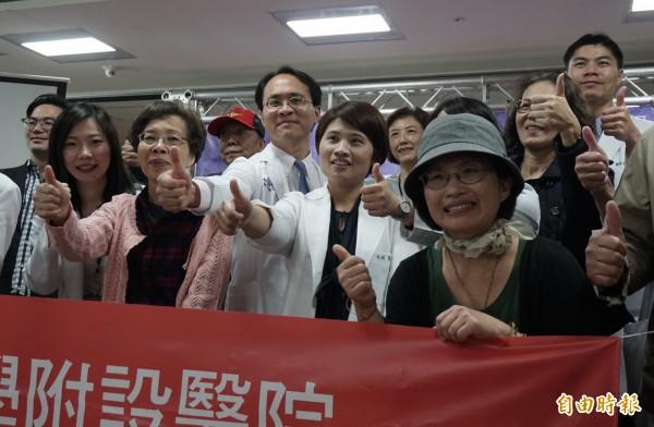 王姓婦人(右1)與醫療團隊一起努力抗癌,不放棄希望。(記者蔡淑媛攝)