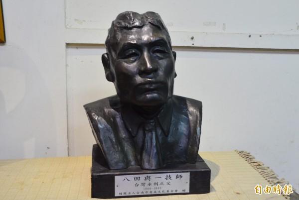 烏山頭水庫園區的八田與一銅像遭破壞,奇美博物館的複製品將發揮救援作用。(記者吳俊鋒攝)