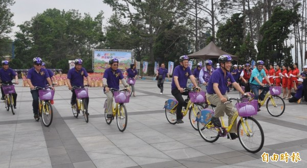 金門副縣長吳成典(中前)等人領騎「K Bike」,象徵離島第1座自動化公共自行車租賃系統在金門正式啟動。(記者吳正庭攝)