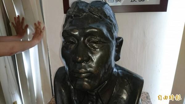 水利會烏山頭水庫也有八田銅像半身複製品,奇美以相同複製品來修復八田銅像頭部。(記者楊金城攝)