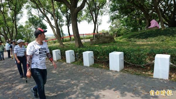 遊客今行經烏山頭八田銅像不拍照以對八田尊重,對斷頭事件表達真可惡。(記者楊金城攝)