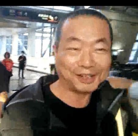 李承龍步出台南高鐵站面帶笑容。(記者王俊忠翻攝)