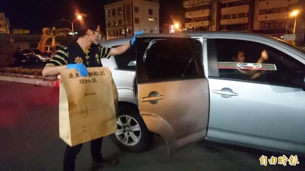 作案鋸子今天深夜從台東帶回,送往台南市警局鑑識中心採證。(記者楊金城攝)