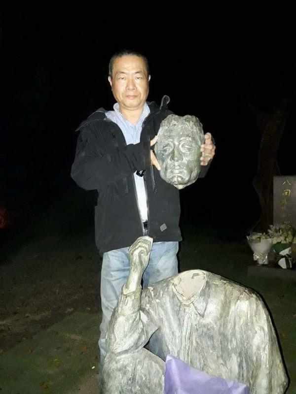 前台北市議員李承龍將八田與一銅像斷頭的照片在網路流出,但李男臉書貼文否認拿走斷頭。(記者王涵平翻攝)