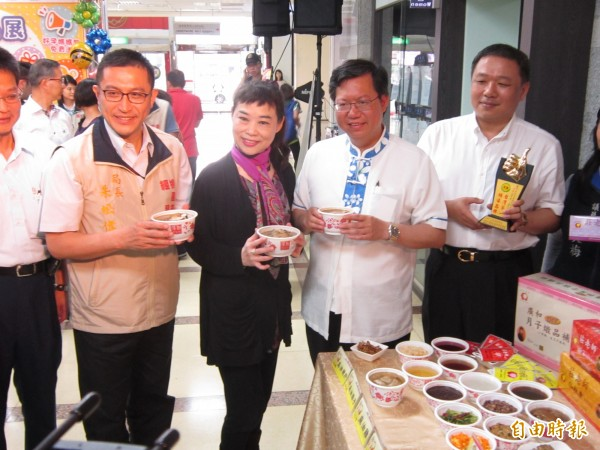 桃園婦幼商品展將於28日起至5月1日在林口桃園酒廠舉行,市長鄭文燦查看月子餐的菜色。(記者謝武雄攝)