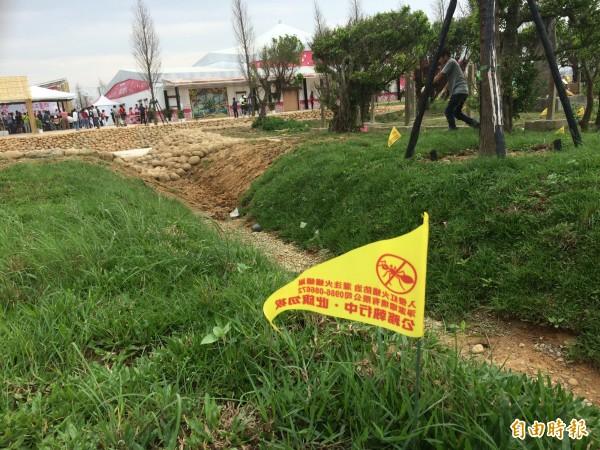 紅火蟻入侵桃園農博,工人被咬傷、插黃旗警告。(記者李容萍攝)