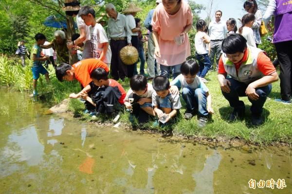 東汴國小學生放養黃緣螢。(記者何宗翰攝)