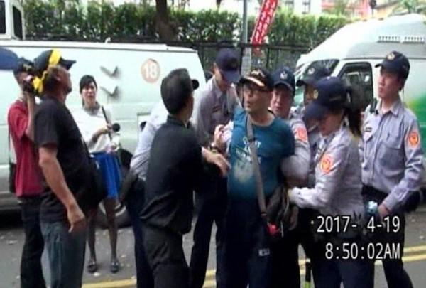 警方逮捕砸毀三立SNG車的嫌犯蔣志豪。(記者王冠仁翻攝)