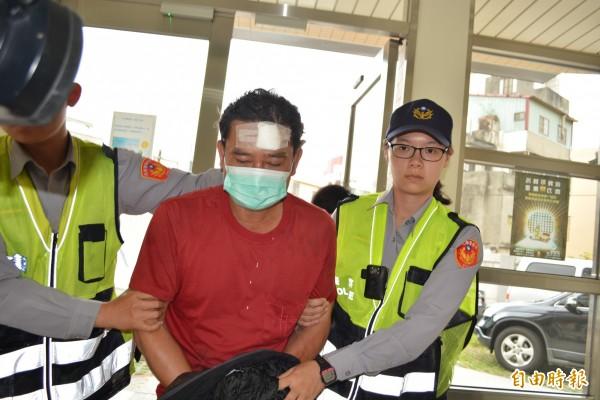 涉嫌開貨車撞死妻子的黃姓男子,自己臉部也撕裂傷,被移送法辦。(記者湯世名攝)