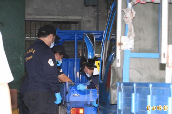黃姓男子開貨車在工廠內撞死妻子,警方封鎖現場鑑定。(記者湯世名攝)
