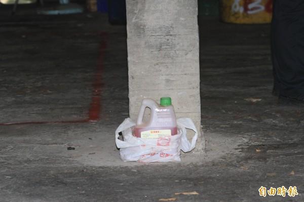 黃姓男子開貨車在工廠內撞死妻子,還試圖喝農藥自殺,警方封鎖現場鑑定。(記者湯世名攝)