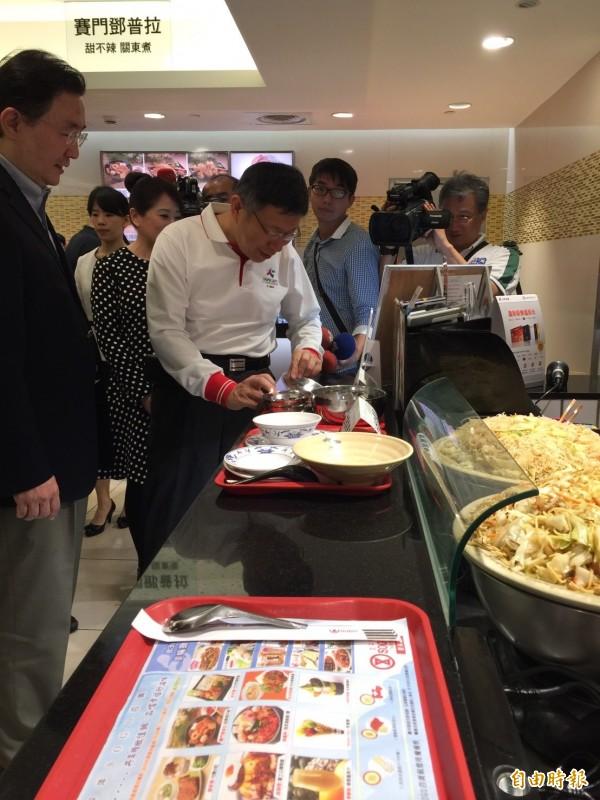台北市長柯文哲今特別到太平洋SOGO美食街參觀,實地訪視餐具汰換成果。(記者沈佩瑤攝)