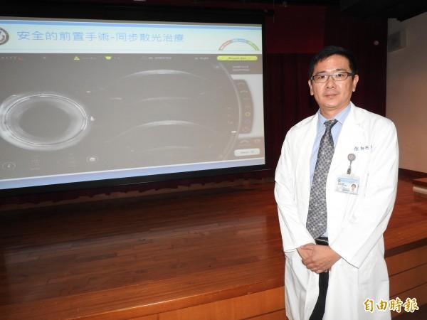 高醫眼科醫師徐旭亮表示,近年因高度近視人口多及3C產品使用頻繁,國內罹患白內障族群有年輕化趨勢,不少人50多歲就罹患白內障。(記者方志賢攝)