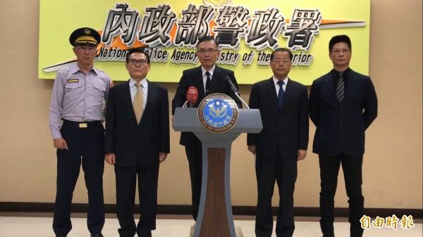 警政署副署長周文科(右3)召開記者會說明警方偵辦進度。(記者黃敦硯攝)