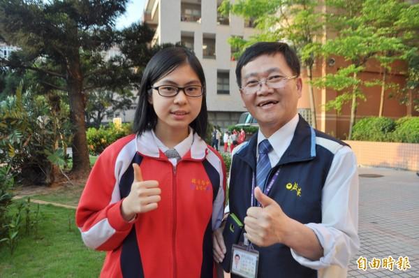 啟英高中應用外語科英語組陳怡伃(左)錄取台科大,校長彭昭勳讚許她是學弟妹的學習榜樣。(記者李容萍攝)