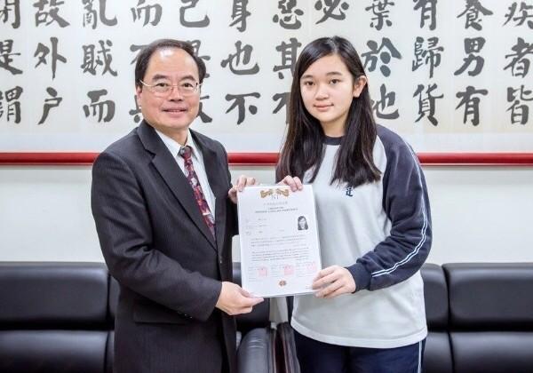 育達高中應用外語科日文組嚴立心(右),考取台科大,校長陳錦亮讚許她過日本語能力試驗N1很厲害。(育達高中提供)