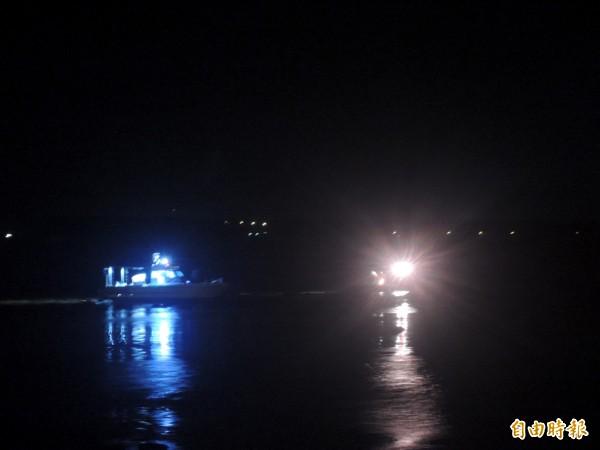 小船擱淺在礁岩區內,等待消防局人員前往救援。(記者劉禹慶攝)
