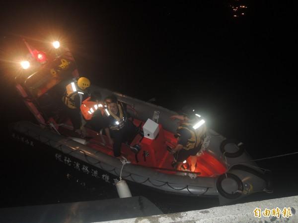 馬公港消防分隊救生艇,將船上母女先救回上岸。(記者劉禹慶攝)