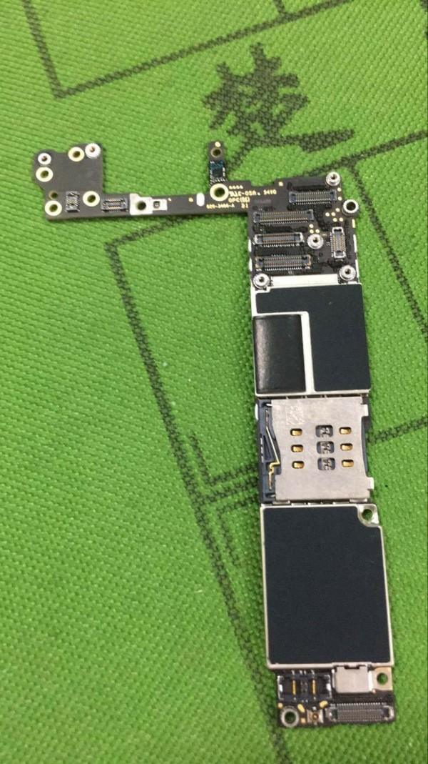這是好的i6手機主機板。(林芳民提供)