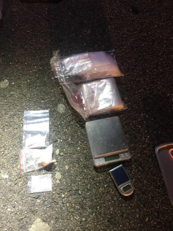 警方起獲海洛因、安非他命等毒品。(記者邱俊福翻攝)