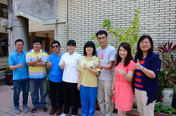 朱俐安(右四)及吳云云(左四)獲選為「珊瑚礁大使」。(記者洪定宏翻攝)