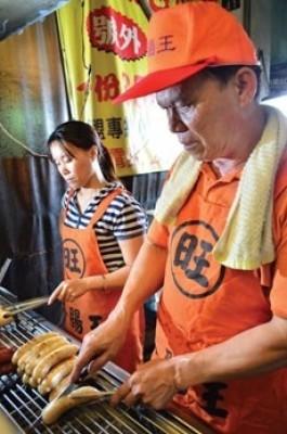 沈聯旺在一中商圈經營人氣美食攤「香腸王」,專賣大腸包小腸。(資料照,記者楊政郡翻攝)
