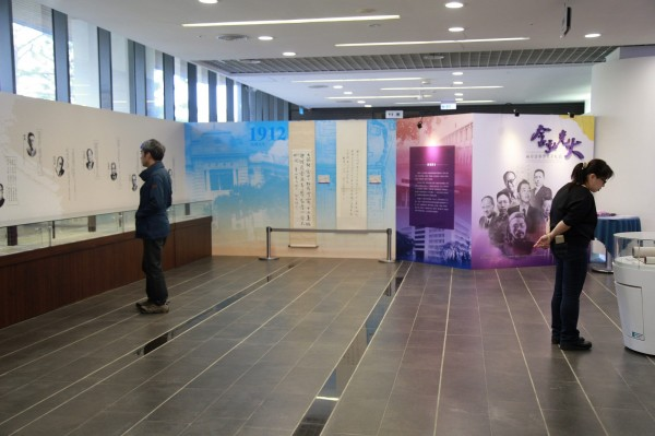 清華大學圖書館與北京清華大學合作舉辦「兩岸清華學人手札展」,即日起至5月10日,在清大總圖書館1樓展出60餘件兩岸清華重要學術貢獻和社會影響的學人手札。(清大提供)