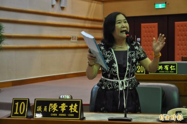 市議員陳幸枝質詢戴淑玲時,認為她對300萬元做的設計規劃案的回答「翻翻就好」發言不當,要她離開議場。(記者王善嬿攝)