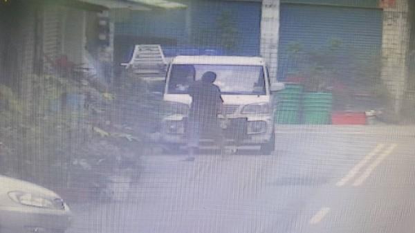 警方從監視器影像鎖定嫌犯。(記者蔡清華翻攝)