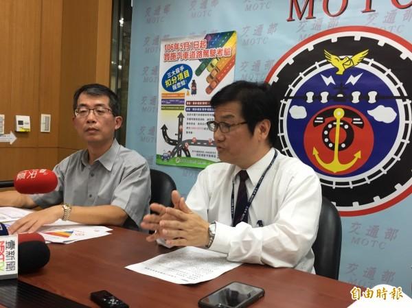 交通部次長祁文中(右)今天表示,各監理單位和駕訓班都已準備好實施路考新制。(記者蕭玗欣攝)