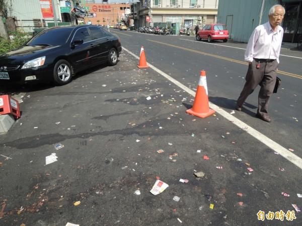 北港迎媽祖過後,巿區路面滿是遭丟棄的糖果。(記者陳燦坤攝)
